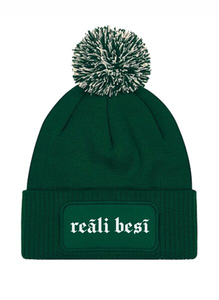 """Ziemas cepure ar tumsā atstarojošu uzrakstu """"Reāli besī"""""""